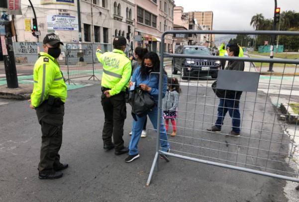 Los agentes de Policía controlaban el acceso de las personas al perímetro de las vías cercanas a la Asamblea Nacional, en el centro- norte de Quito. Foto: Ana Guerrero/ EL COMERCIO