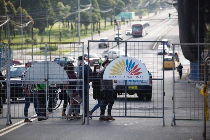 Agentes dela AMT y  Policía cerraron las vías de acceso al Palacio Legislativo. Foto: Patricio Terán/ EL COMERCIO