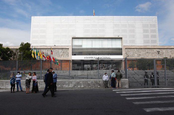 El tránsito de vehículos particulares se suspendió en las calles de acceso a la Asamblea. Foto: Patricio Terán/ EL COMERCIO