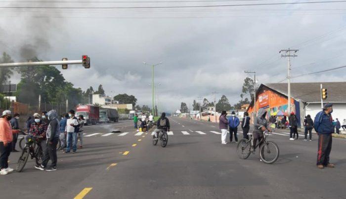 En el sector de San Roque, en el cantón Antonio, un grupo de manifestantes bloquearon la vía Panamericana E-35. Foto: EL COMERCIO