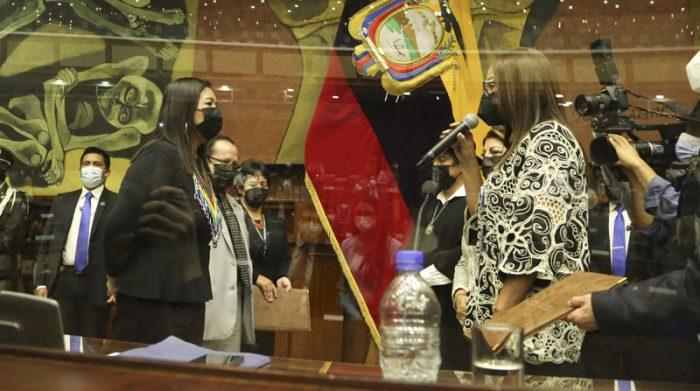 Pierina Correa tomó juramento a Guadalupe Llori, de Pachakutik, tras su nombramiento como la nueva presidenta de la Asamblea Nacional. Foto: Flickr Asamblea Nacional