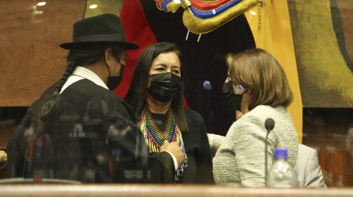 Guadalupe Llori fue felicitada por su coideario Salvador Quishpe (Pachakutik) y por la Wilma Andrade (Izquierda Democrática). Foto: Flickr Asamblea Nacional