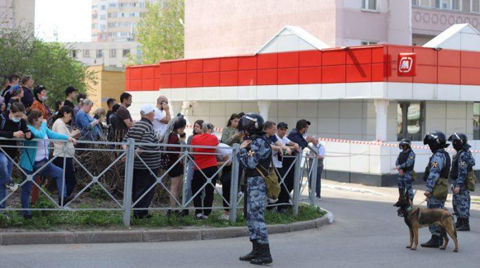 Residentes de Kazán llegaron a la escuela, alarmados por el sonido del tiroteo. Foto: EFE