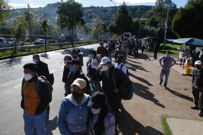 Largas filas de usuarios ante ausencia de unidades de transporte público. Foto: Eduardo Terán / El Comercio