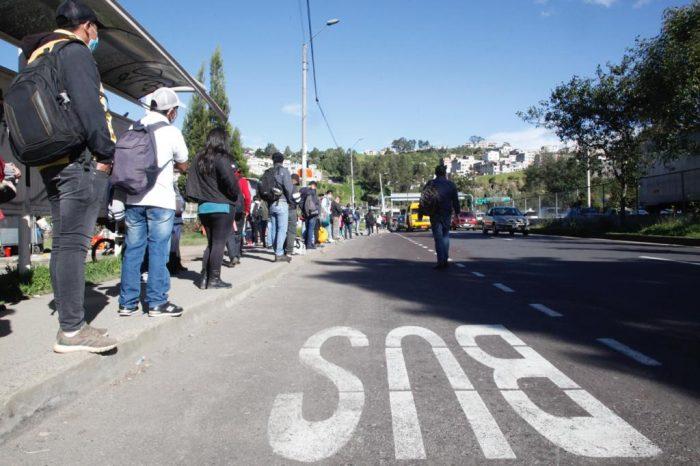 Gente espera en el sector de la intersección de la Simón Bolívar y Autopista General Rumiñahui. Foto. Patricio Terán / El Comercio