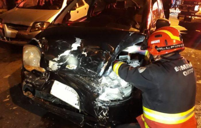 Los vehículos accidentados presentaron daños en la parte delantera de la carrocería. Foto: Twitter Bomberos Quito
