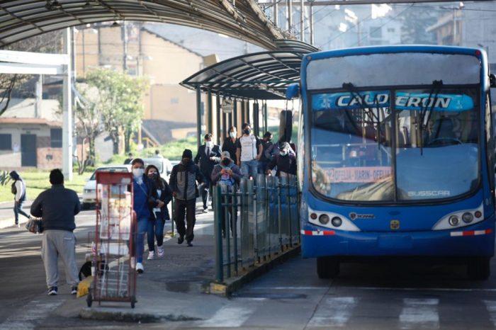 Las personas se aglomeran en horas pico, para ingresar a las unidades de los buses y articulados del transporte público de Quito, pese a los contagios de covid-19. Foto: Patricio Terán/ EL COMERCIO