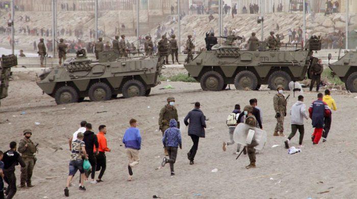 Tanques y militares se desplegaron en la playa para retener a los migrantes que ingresaron de forma masiva en Ceuta. Foto: EFE