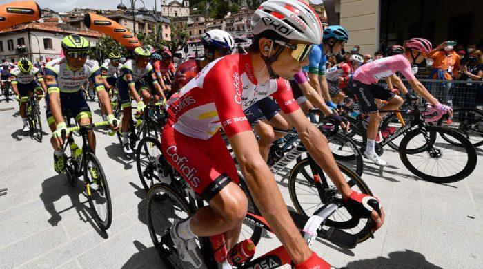 Los ciclistas en el inicio de la etapa 9 el 16 de mayo del 2021. Foto: EFE
