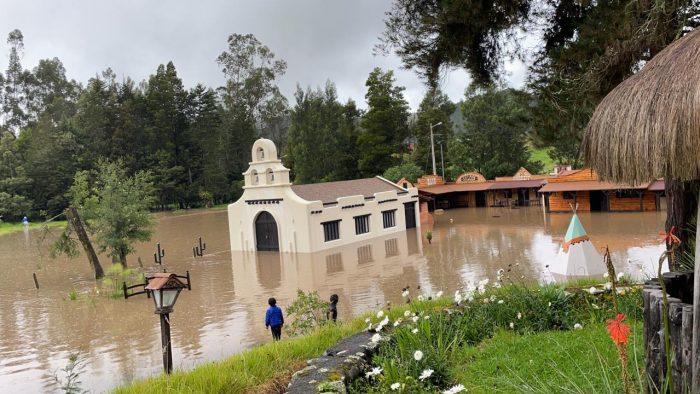 Las parroquias Tarqui y Victoria del Portete registraron las mayores afectaciones por el desbordamiento del río Tarqui. Foto: Cortesía ECU 911 Austro