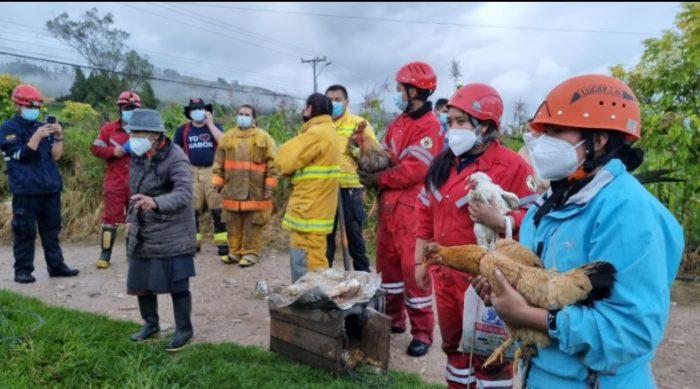 Los socorristas han rescatado a personas que quedaron atrapadas en sus casas inundadas y a los animales que los afectados cuidaban en sus propiedades. Foto: Lineida Castillo/ EL COMERCIO