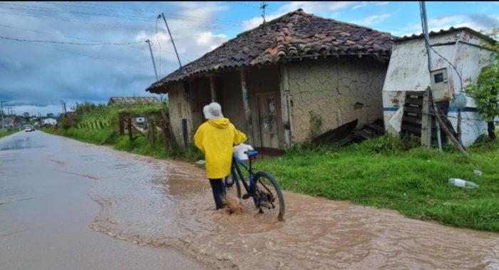 En Cuenca, el agua de los caudales de los ríos desbordados aún afectan la movilidad de las personas. Foto: Lineida Castillo/ EL COMERCIO