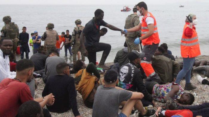 Ceuta vivió el 18 de mayo una avalancha de migrantes sin precedentes en España al registrarse la entrada en poco más de 24 horas de unas 8 000 personas, muchas de ellas menores. Foto: EFE