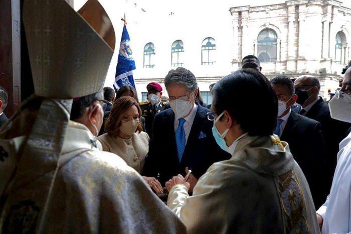 El presidente electo,  Guillermo Lasso, ingresó a la Catedral Metropolitana de Quito acompañado por su esposa, María de Lourdes Alcívar. Foto: Twitter Guillermo Lasso