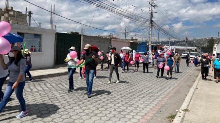 En la protesta los vecinos sumaron globos de color rosado y la respectiva mascarilla para cumplir con la bioseguridad. No faltaron las cacerolas. Foto cortesía