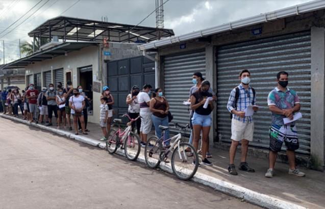 Habitantes de Santa Cruz esperan en fila por su vacunación.  Créditos: Eric Samson, USFQ