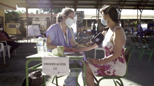La doctora Michelle Grunauer realiza el control post-vacuna.  Créditos: USFQ