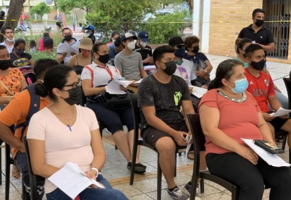 Habitantes de Galápagos esperan su turno para vacunarse.  Créditos: Eric Samson, USFQ