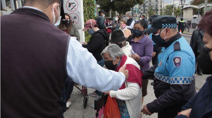 Los adultos mayores realizaron fila para ingresar a la Universidad Católica, durante la jornada de vacunación contra el covid-19 en el norte de Quito. Foto: Galo Paguay/ EL COMERCIO