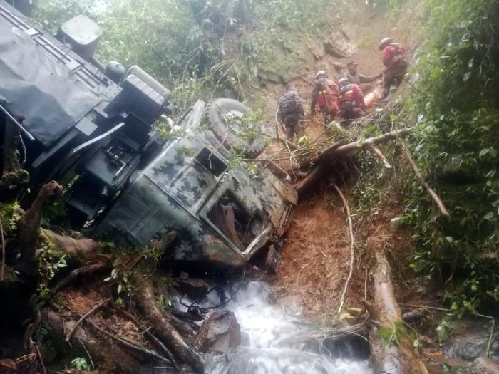 Los uniformados resultaron con heridas, tras el accidente del vehículo militar. Foto: Cortesía Cuerpo de Bomberos de Quito