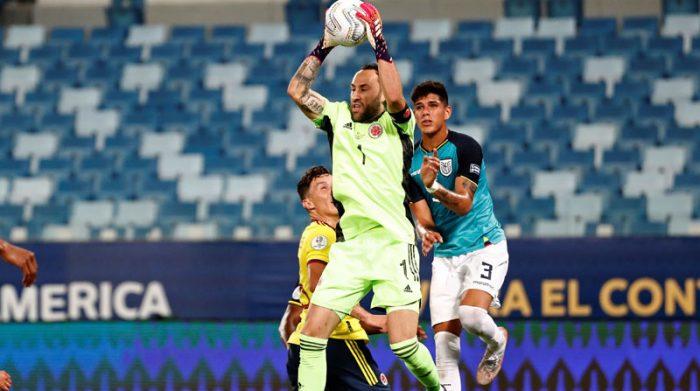 El golero David Ospina se queda con el balón ante el acecho del defensa Piero Hincapié. Foto: EFE