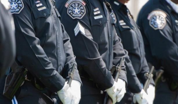 Imagen referencial. El policía expresaba su postura contra mascarillas y vacunas, pese a los contagios de covid-19. El agente falleció tras infectarse de coronavirus. Foto: Denvergov.org