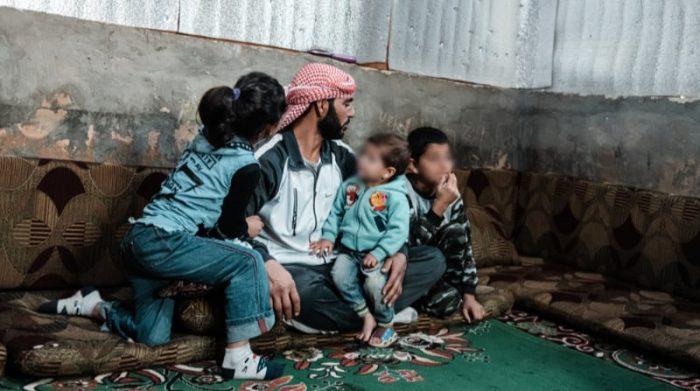 Ahmed es un refugiado sirio que llegó al Líbano en 2015 junto a su mujer y sus cuatro hijos. Desde entonces, han estado viviendo en un asentamiento informal de tiendas de campaña. Desde que la crisis económica golpeó al Líbano, la familia ha luchado cada vez más para comprar artículos básicos. Foto: Karine Pierre/Hans Lucas for MSF