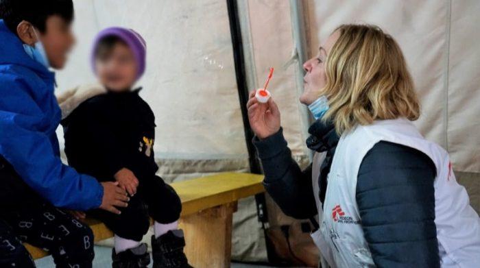 Katrin Glatz-Brubakk, supervisora de actividades de salud mental, jugando con niños en la sala de espera de la Clínica de Médicos Sin Fronteras en la isla de Lesbos. Más de 7.000 solicitantes de asilo y refugiados, incluidos 2.500 niños, siguen viviendo en tiendas de campaña, expuestos a duras condiciones de vida en el campamento de Kara Tepe en Lesbos. Foto: Dora Vangi/MSF