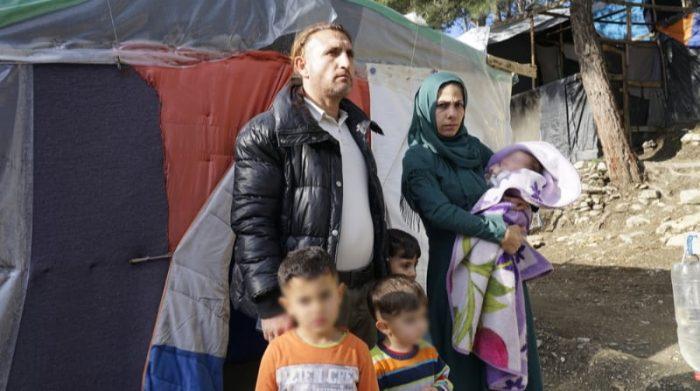 Mohammed y Sharide vivían en Damasco, Siria, pero tuvieron que huir por la guerra. Hace un año que llegaron a la isla griega de Samos junto a sus tres hijos.  El centro de recepción de Samos tiene capacidad para 648 personas pero alberga a 3500 personas que viven hacinadas y sin servicios básicos. Foto: Dora Vangi/MSF