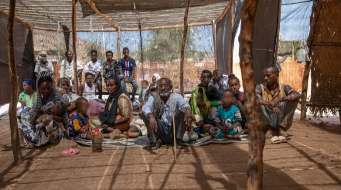 Un grupo de pacientes, refugiados provenientes de la región etíope de Tigray, esperan para ser atendidos en la clínica de Médicos Sin Fronteras en el campo de refugiados Um Rakuba, en Sudán. Foto: MSF/Ehab Zawati