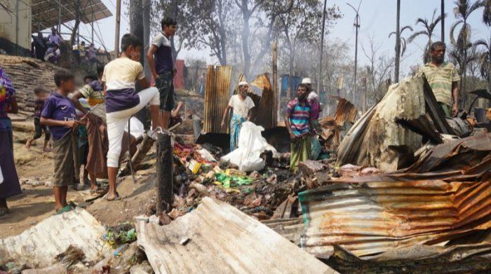 En marzo de este 2021 se produjo un incendio en Cox's Bazar, en Bangladesh, donde viven actualmente unos 900.000 refugiados rohingya. La mañana después del incendio, muchas de las personas intentaron salvar lo que quedaba de sus pertenencias. Foto: Pau Miranda