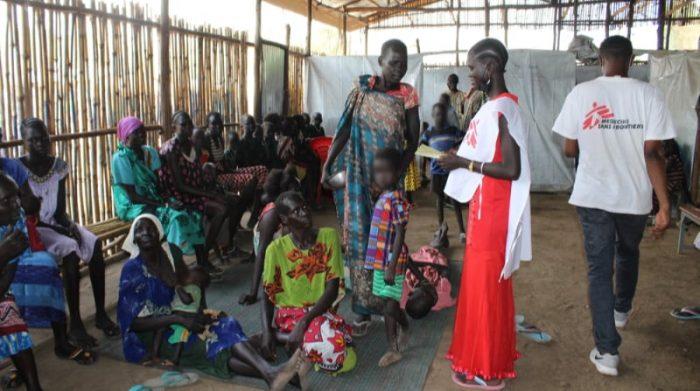 Médicos Sin Fronteras abrió una clínica en el centro de recepción de Pagak en febrero de 2021, después de que la agencia de refugiados de Etiopía, ARRA, se retirara del lugar. Solicitantes de asilo esperan para recibir atención médica en la clínica de MSF. Foto: MSF/Claudia Blume