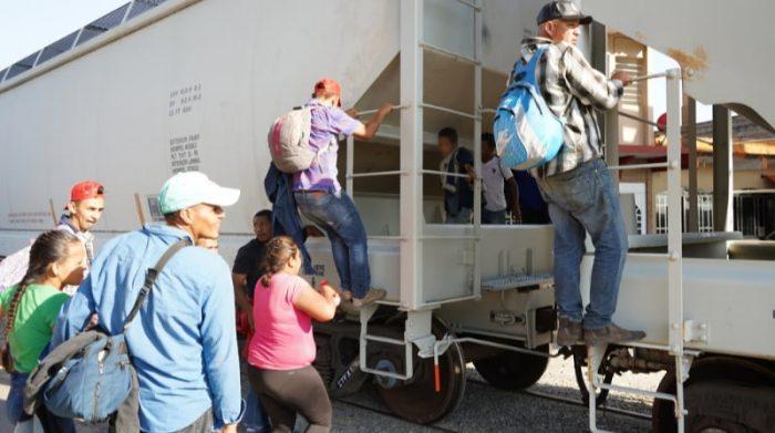 Personas migrantes provenientes de Centroamérica que huyen de la violencia con sus hijos se arriesgan a subir al tren en movimiento para poder llegar a la frontera norte de México.Foto: Yesika Ocampo/MSF
