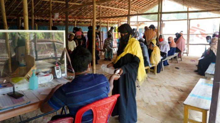 Refugiados rohingya esperan ser atendidos en el hospital de Médicos Sin Fronteras en Bangladesh. El hospital abrió en 2017 para responder a la llegada masiva de rohingyas que huían de la violencia en Myanmar. El año pasado, los equipos de MSF en el hospital atendieron más de 68.000 consultas. Foto: Pau Miranda