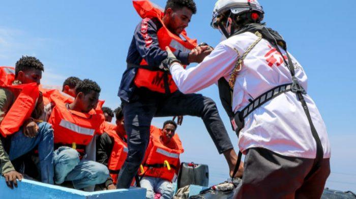 299 hombres, 12 mujeres y 99 niños -de los cuales 91 viajaban solos- fueron salvados de morir ahogados en el Mediterráneo central durante el fin de semana del 12 de junio. La situación humanitaria es crítica, consecuencia directa de las inhumanas e irresponsables políticas de la UE. Foto: Avra Fialas/MSF