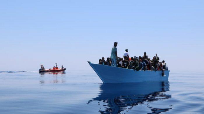 Los equipos de Médicos Sin Fronteras asisten a un bote con 93 personas a bordo, en el Mediterráneo central.  En menos de 48 horas, el Geo Barents, el barco de rescate de MSF, salvó a410 personas. Foto: Avra Fialas/MSF