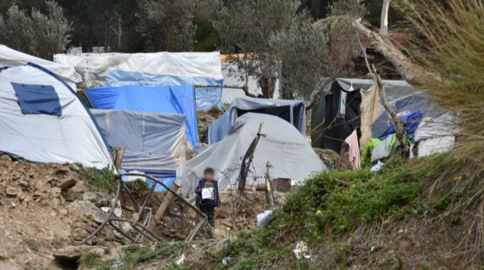 Aproximadamente 8.000 personas viven en el campo de refugiados de Vathy en la isla griega de Samos, que tiene capacidad para 650 personas. La mayoría de la gente vive fuera del campamento oficial en tiendas de campaña y cajas hechas de láminas de plástico. Foto: Valeska Cordier