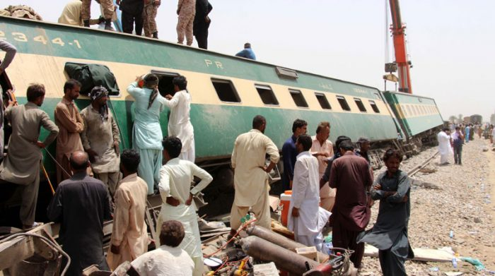 Aunque transcurrieron horas del rescate de víctimas, aún se registraban personas atrapadas en los trenes siniestrados. Foto: EFE