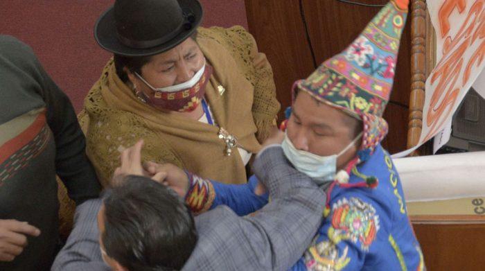 Los legisladores pelearon en medio de una sesión en la que se hablaba de las víctimas de las manifestaciones, tras la renuncia de Evo Morales. Foto: EFE