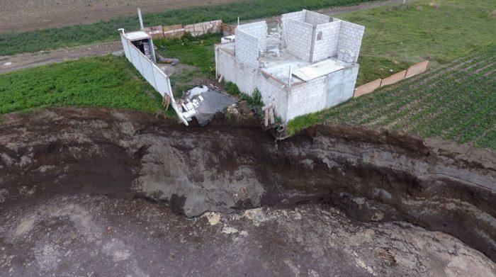 El derrumbe alrededor del socavón afectó la base de una vivienda de una familia de agricultores del sector en Puebla, México. Foto: EFE