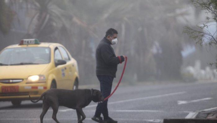 En las calles de la ciudad había neblina, que dificultó la visibilidad. Foto: Julio Estrella/ EL COMERCIO