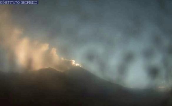 Imagen captada a las 07:07 del 3 de junio del 2021 desde la cámara Sangay, en donde se observa una columna de gases y ceniza en el volcán Sangay. Foto: Instituto Geofísico