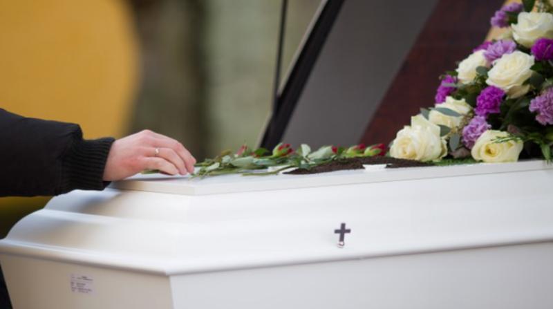Mujer prohibió a su familia ir a su funeral con un duro mensaje: 'Sigan tan lejos como estuvieron'