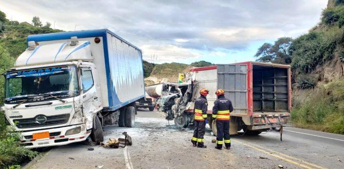 Uno de los camiones se encunetó, tras el siniestro vial. Foto: Twitter Bomberos Quito