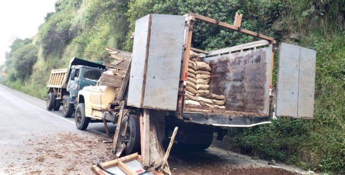 La carga que llevaba otro camión cayó a la vía. Foto: Twitter Bomberos Quito