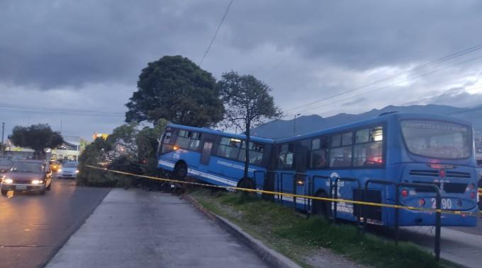 La parte delantera de la unidad del Metrobús quedó sobre el carril contrario de la vía, tras el choque. Foto: Cortesía AMT