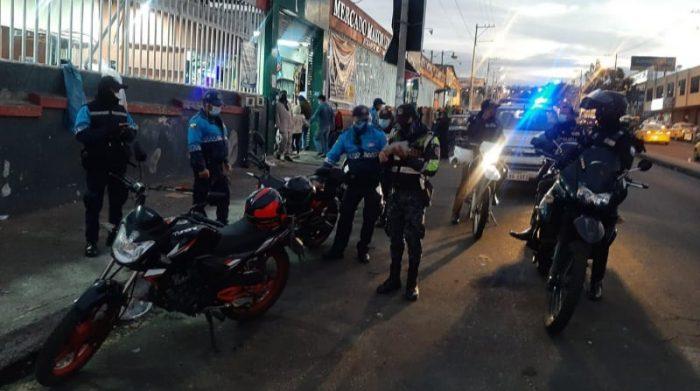 En Ambato los agentes civiles de tránsito detuvieron a seis personas por conducir en estado de embriaguez y cuatro fueron notificados por no utilizar mascarillas en el espacio público. Foto: Cortesía Comseca