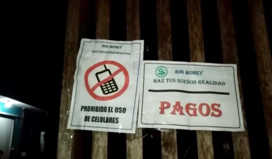 En el allanamiento se halló afiches que promocionaban la captación ilegal de dinero a cambio de altos intereses. Foto: Cortesía