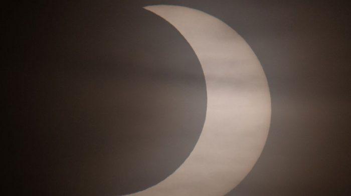 Durante el fenómeno, la luna cubrió al sol. Foto: EFE