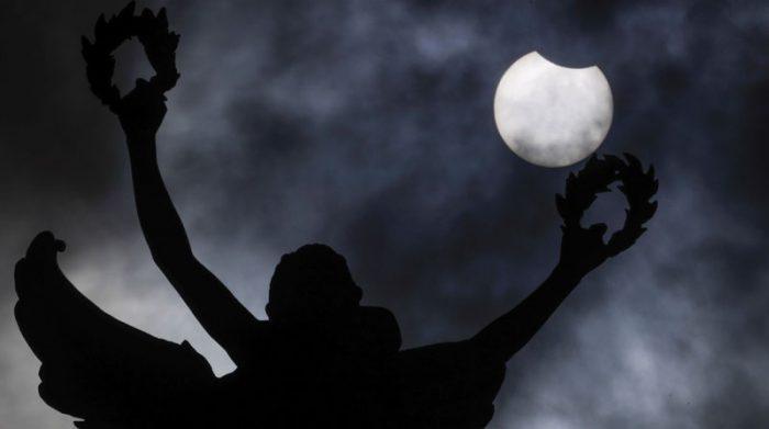 El primer eclipse lunar angular dejó esta postal en Bruselas, Bélgica. Foto: EFE